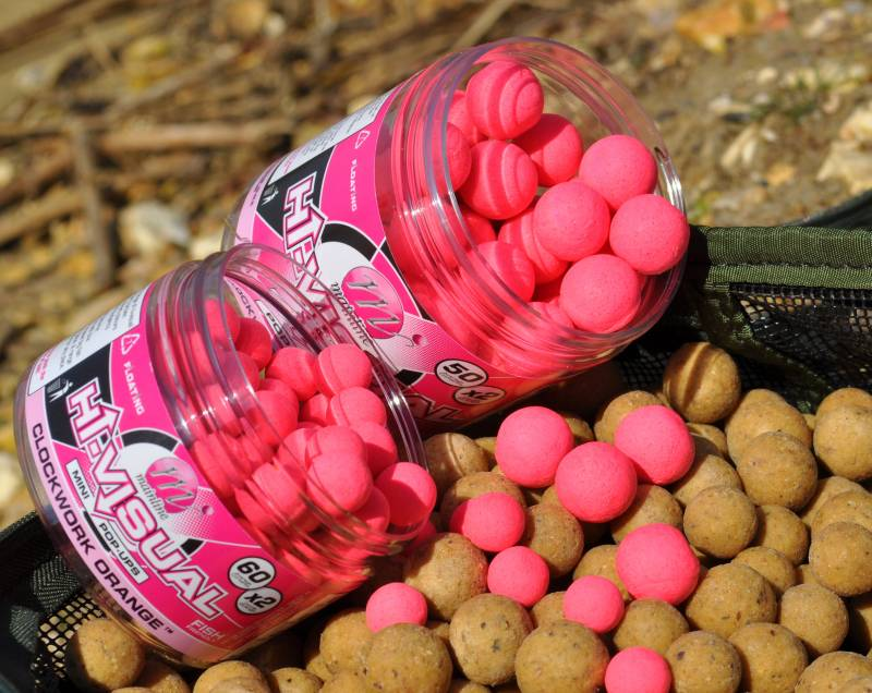 Highly visual baits fished over food baits. A winning method!