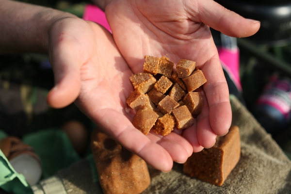 The brick can provide hookbaits of various sizes, shapes and textures – all packed with high leakage attraction!