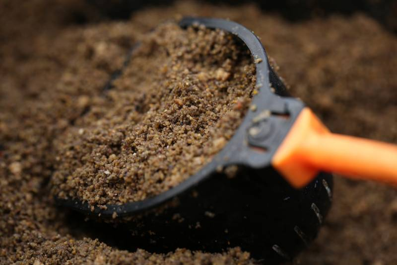 A great way of adding more attraction to any pot of feed is to place a small amount of loose, fairly dry Super Fine Pole mix to cap-off the pot