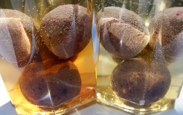 Steamed (left) and boilied (right) baits were left to soak in water for two hours. As you can see they have very different leaking properties. The steamed version gives the water a much darker color than the boilied one so in other words, this steamed bait is reacting completely different from what the manufacturer intended!